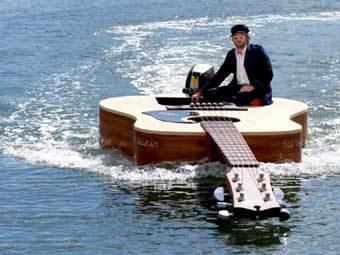 Лодку в виде акустической гитары продадут на аукционе