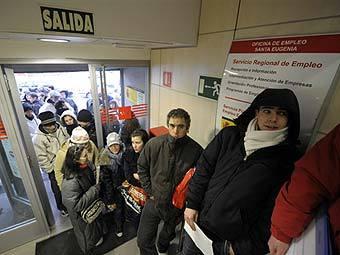 Безработные в очереди на бирже труда в Мадриде. Фото ©AFP