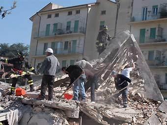 Итальянские спасатели в Л'Акуила. Фото ©AFP