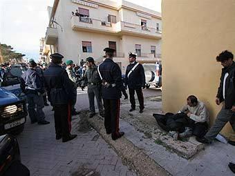Итальянская полиция задерживает нелегалов. Фото ©AFP