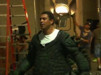 Роналдо в костюме динозавра. Скриншот видеоролика с сайта youtube.com