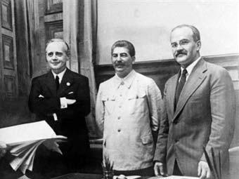 Йоахим фон Риббентроп, Иосиф Сталин и Вячеслав Молотов после подписания пакта. Фото из архива �AFP