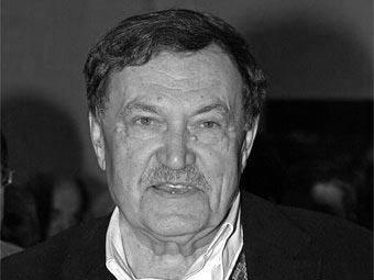 Василий Аксенов, перенесший в январе 2008 года инсульт, по-прежнему находится в госпитале имени Бурденко...
