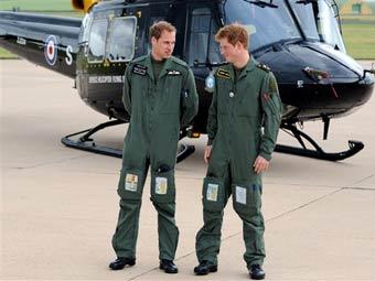 Принцы Уильям и Гарри на фоне учебного вертолета. Фото ©AFP