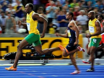 Усейн Болт (крайний слева) устанавливает мировой рекорд. Фото ©AFP