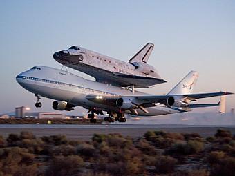"""Шатл """"Дискавери"""" возвращается во Флориду после приземления в Калифорнии. Фото NASA"""