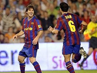 """Лионель Месси (слева) и Хави празднуют гол в ворота """"Расинга"""". Фото ©AFP"""