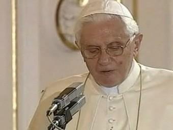 Паук спускается по правому плечу Бенедикта XVI. Кадр BBC News