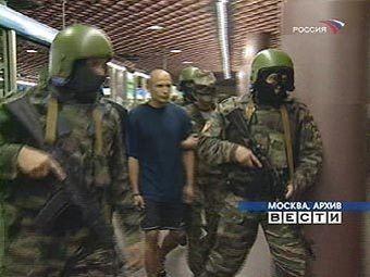 Один из обвиняемых по делу орехово-медведковской группировки (в центре).