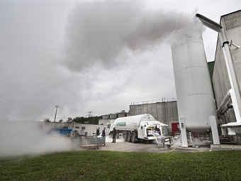 Рабочие заливают жидкий азот в баки охлаждающей системы коллайдера. Фото пресс-службы CERN