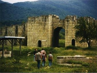 Развалины ворот в Великом Переславе. Фото пользователя Dragster с сайта wikipedia.org