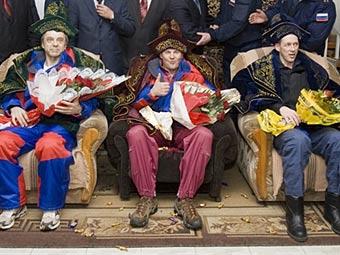"""Экипаж """"Союза ТМА-15"""" после приземления. Фото ©AFP"""