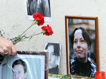 Траурные портреты Анастасии Бабуровой на месте убийства. Фото ©AFP
