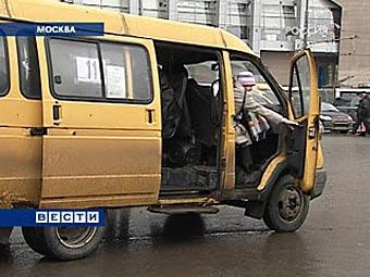 Медведев обязал водителей маршруток получать российские права