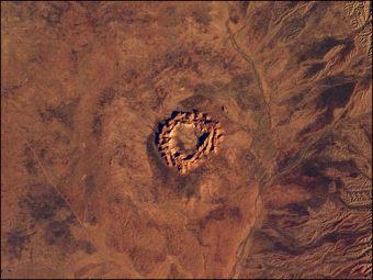 Кратер на земной поверхности. Фото NASA