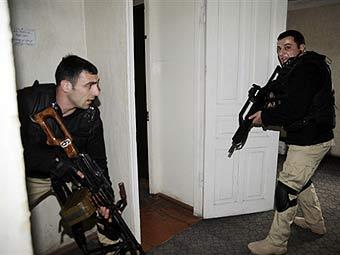 Полицейский спецназ во время событий на базе в Мухровани. Архивное фото ©AFP