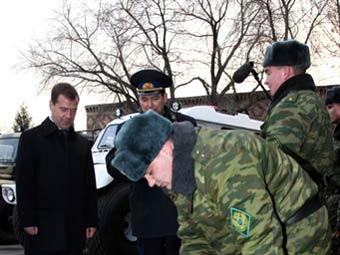 Дмитрий Медведев инспектирует училище погранвойск. Архивное фото ©AFP