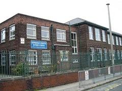 Фанатам The Beatles запретили фотографироваться на фоне школы Леннона