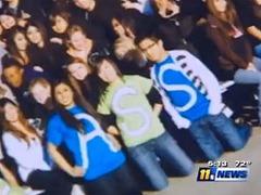 Старшеклассников наказали за непристойное слово на выпускном фото