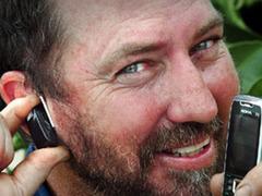 Австралиец приклеил гарнитуру телефона к уху