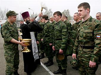 Священник в войсковой части. Фото ©AFP