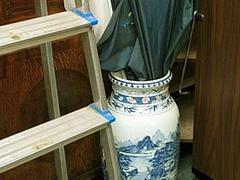 Вазу династии Цин использовали как подставку для зонтиков