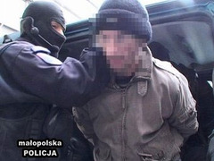"Суд выдал ордер на арест шведского участника кражи надписи ""Arbeit Macht Frei"""