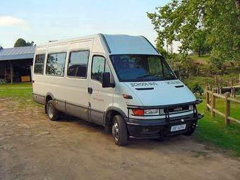 Африканский водитель посадил в 16-местный микроавтобус 49 детей