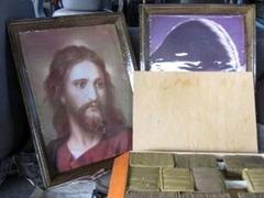 Контрабандистка спрятала марихуану в картинах с Иисусом Христом