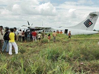 Индонезийский самолет приземлился в рисовом поле