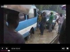 В Нигерии высоковольтный кабель упал на переполненный автобус