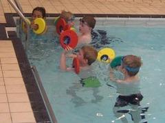 Британским детям запретили плавать в бассейне в очках