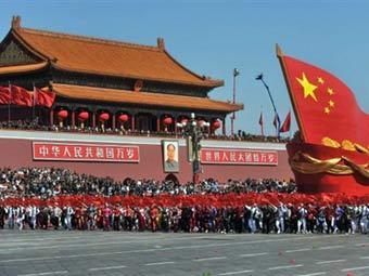 Колонна сторонников компартии КНР на параде на площади Тяньаньмэнь. Фото ©AFP