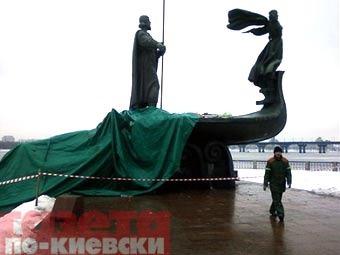 """Поврежденный памятник основателям города. Фото """"Газета по-киевски"""""""