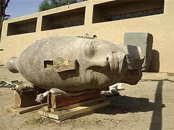 Голова гранитного Аменхотепа III. Фото Египетского совета по древностям, переданное ©AFP