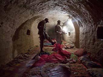 """Пакистанская армия показала журналистам подземный штаб """"Аль-Каеды"""""""