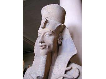Статуя фараона Эхнатона из храма Атона в Карнаке. Фото пользователя Jeff Dah с сайта wikipedia.org