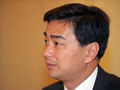 Премьер-министр Таиланда скрылся от демонстрантов на вертолете