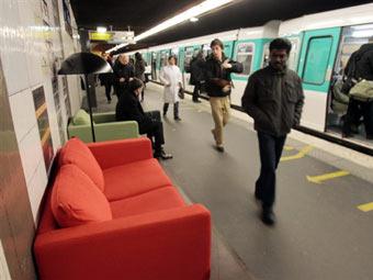 Установленный в парижском метро диван. Фото ©AFP