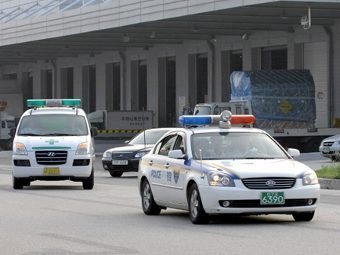 Южнокорейская полицейская машина и карета скорой помощи. Фото ©AFP