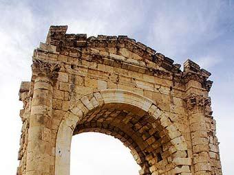 Старинная триумфальная арка в Тире. Фото David Bjorgen