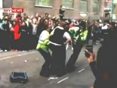 Десять лондонских полицейских пострадали на распродаже
