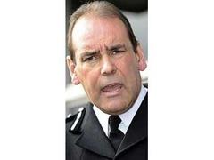 Начальник полиции британского графства попросил урезать ему зарплату