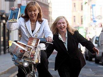 Лорд-мэр Дублина Эмер Костелло перевозит на велосипеде книги, вошедшие в шорт-лист IMPAC. Фото с сайта премии