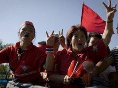 Тайские оппозиционеры остановили поезд и три автобуса с военными