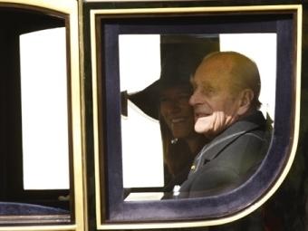 Супруг королевы Великобритании получил травму во время прогулки в коляске