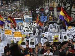 Тысячи испанцев вышли на митинги в поддержку судьи Гарсона