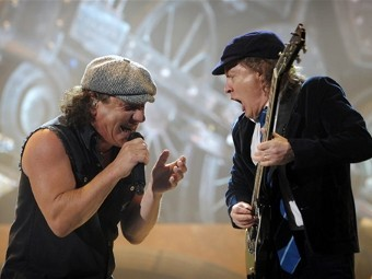 Вокалист и гитарист AC/DC Брайан Джонсон и Ангус Янг на концерте. Фото ©AFP