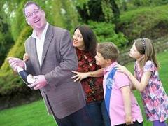 Вдова изготовила для детей картонную копию мужа