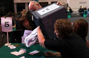 Сотни пришедших на участки британцев не успели проголосовать